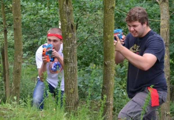 2 jongens lasergamen in het bos