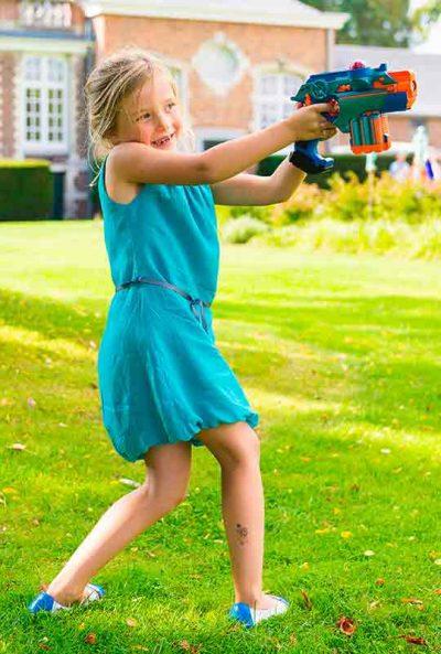 fille joue le lasergame